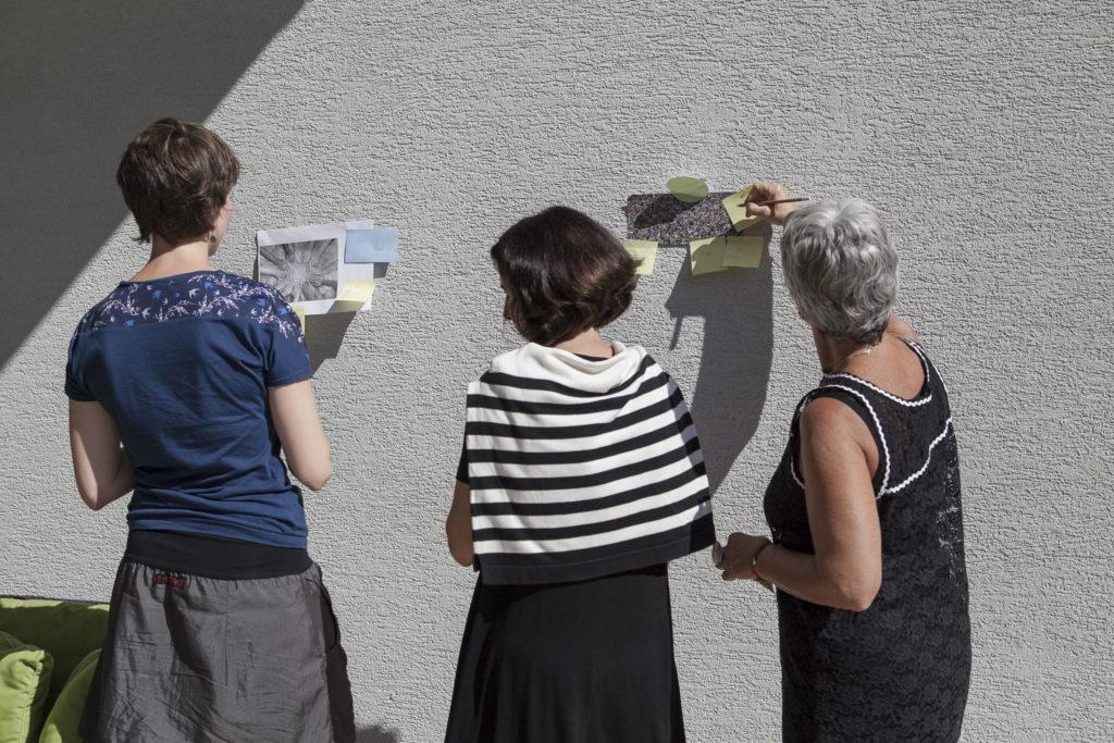 Teilnehmerinnen des Workshops Spring ins Bild beim Kommentieren von Bildern