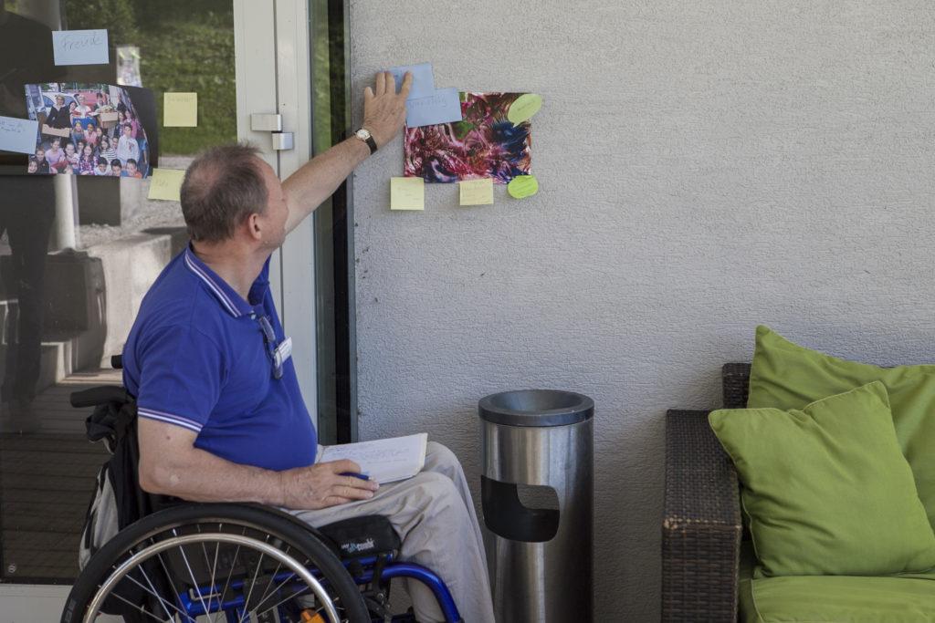 Teilnehmer des Workshops Spring ins Bild beim Kommentieren von Fotos