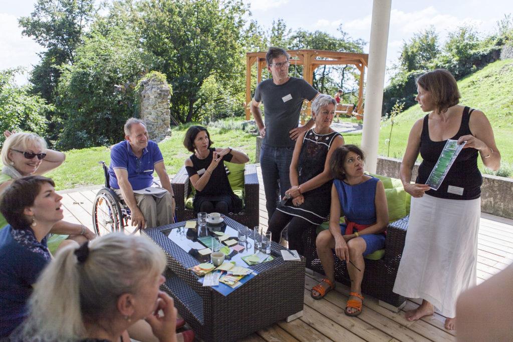 Teilnehmer*innen des Workshops Spring ins Bild beim Bilddialog