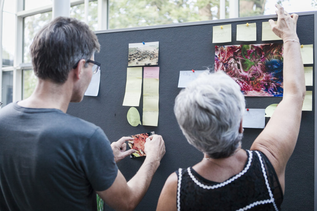 Teilnehmer*innen des Workshops Spring ins Bild beim Ausstellungsdesign