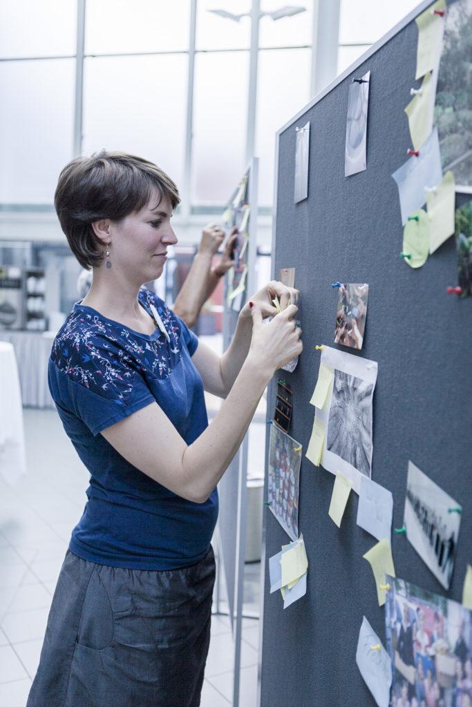 Teilnehmerin des Workshops Spring ins Bild bei der Ausstellungsgestaltung
