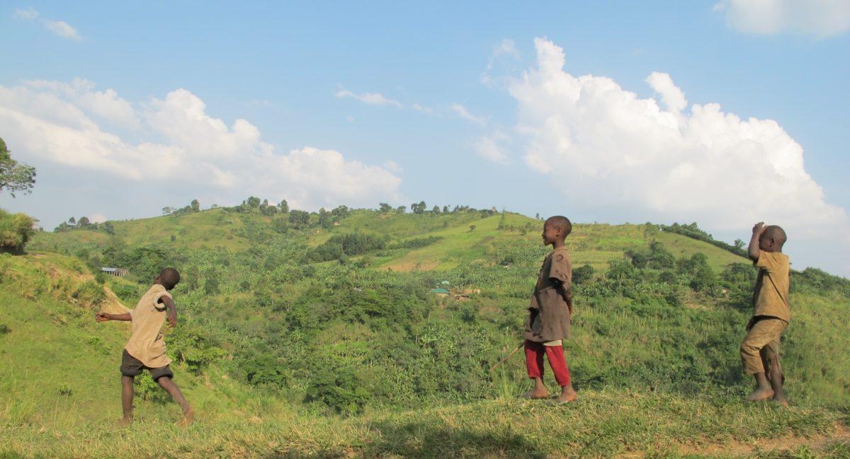 Kinder in Uganda im Freien